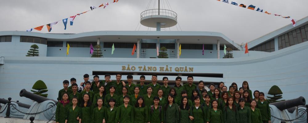 Sinh viên tham quan Bảo tàng Hải quân
